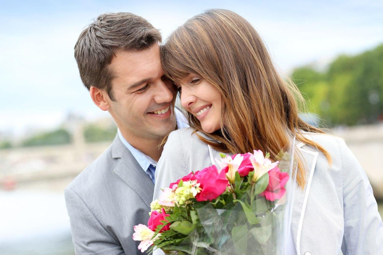 Парень дарит цветы девушке картинки